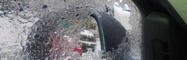 Стекло опустил, а лед остался :)